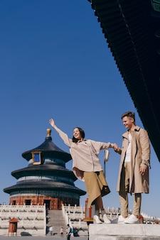 Mooi paar dat toeristische attracties in peking china onderzoekt