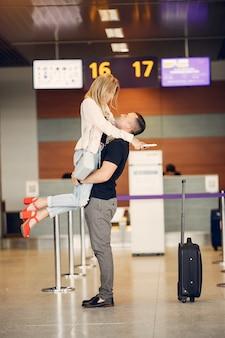 Mooi paar dat zich in luchthaven bevindt