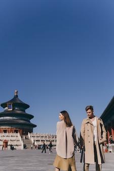 Mooi paar heel erg verliefd tijdens het verkennen van china tijdens hun huwelijksreis