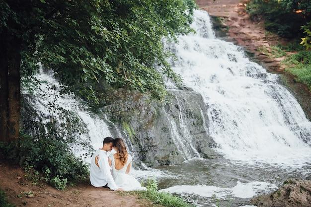 Mooi paar in de buurt van waterval. bruiloft concept