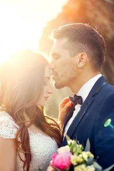 Mooi paar in liefde kussen in close-up. bruidspaar zoenen