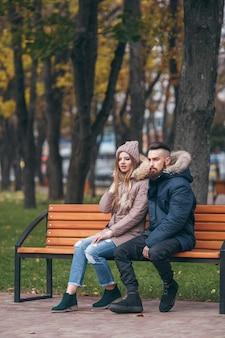Mooi paar in winterjassen buitenshuis
