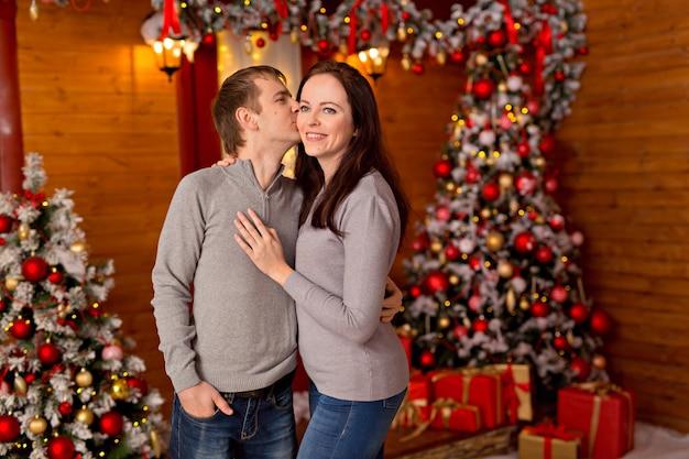 Mooi paar, jonge gezin in afwachting van merry christmas.