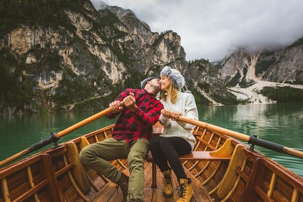 Mooi paar jonge volwassenen die een alpien meer bezoeken in braies, italië