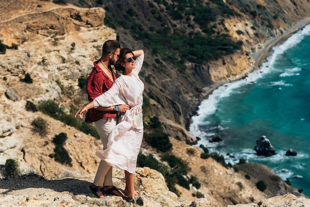 Mooi paar knuffelen aan zee. huwelijksreis. een man en een mooie vrouw aan zee. een verliefd stel is op reis. vakantie aan zee. koppel op een zeegezicht achtergrond. ruimte kopiëren