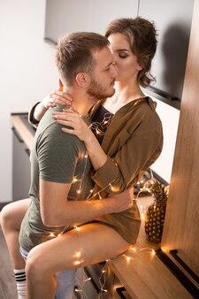 Mooi paar knuffelen en kijken naar elkaar. valentijnsdag