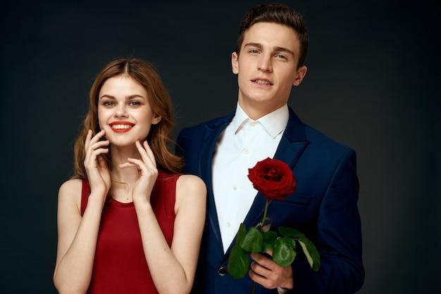 Mooi paar met een roos lachend