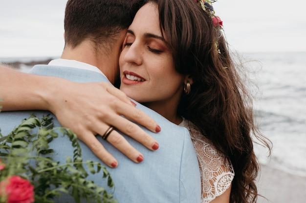 Mooi paar met een strandhuwelijk