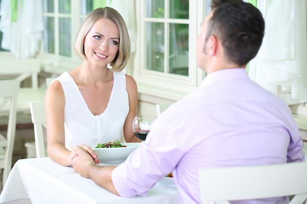 Mooi paar met romantisch diner in restaurant