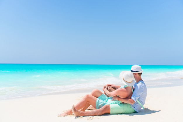Mooi paar op het strand en genieten van zomervakantie