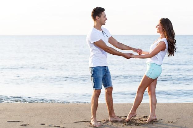 Mooi paar op het strand