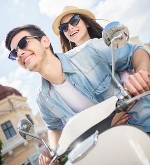 Mooi paar paardrijden scooter en plezier samen.