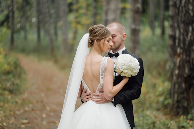 Mooi paar poseren op hun trouwdag