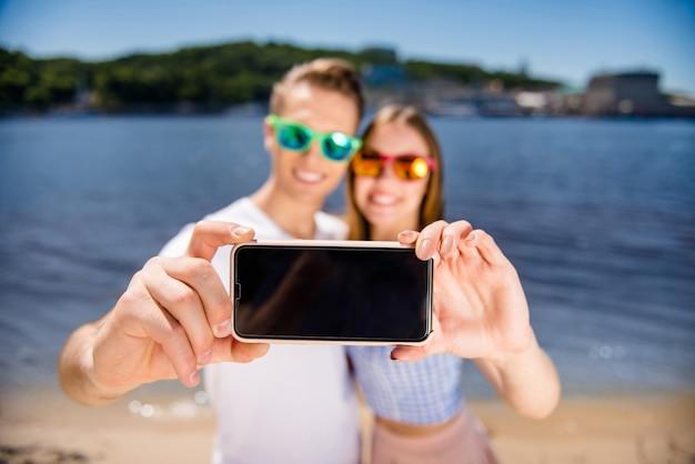 Mooi paar samen poseren op het strand