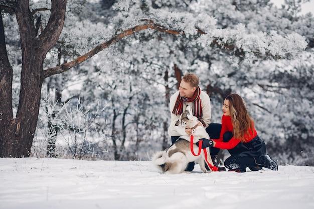 Mooi paar spelen met een hond