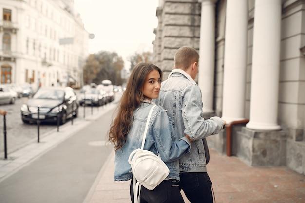 Mooi paar tijd doorbrengen in de straat