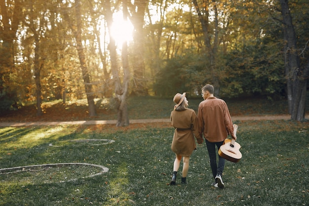 Mooi paar tijd doorbrengen in een herfst park