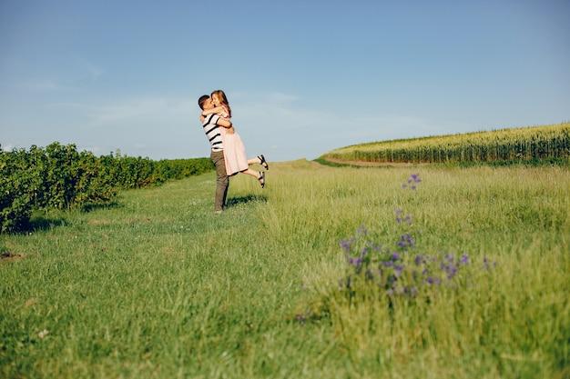Mooi paar tijd doorbrengen op een zomer veld