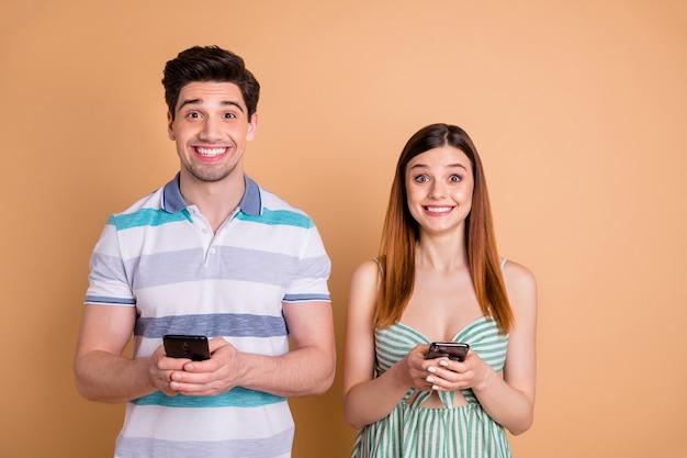 Mooi paar tijd samen doorbrengen houden telefoon chatten bladeren