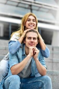 Mooi paar verliefd buitenshuis daten en glimlachen. mooi meisje omarmt de man