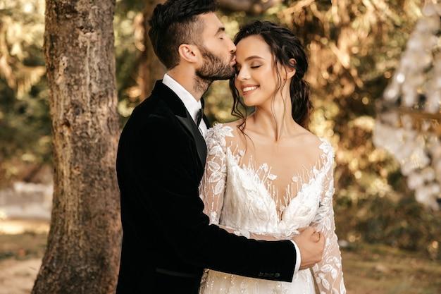 Mooi paar verliefd kussen in het bos, bos bruiloft. bruiloft voor twee.