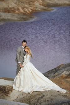 Mooi paar verliefd op een fantastisch landschap, bruiloft in de natuur, liefdeskus en knuffel. 14 september 2019