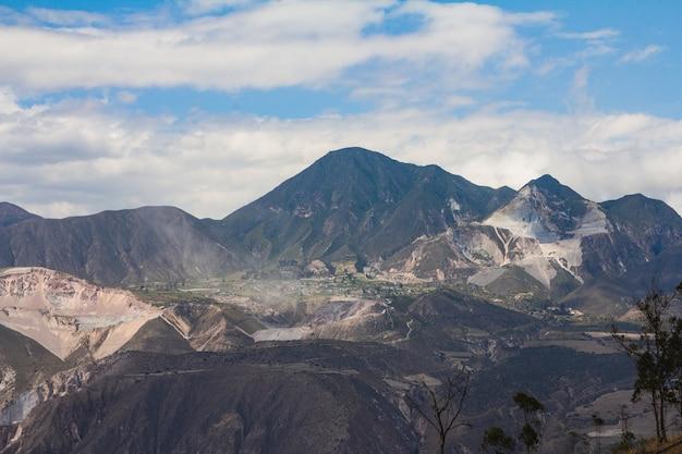 Mooi panorama dat van bergen is ontsproten