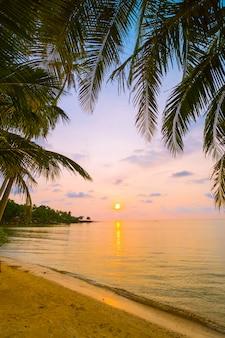 Mooi paradijseiland met strand en zee rond kokosnotenpalm