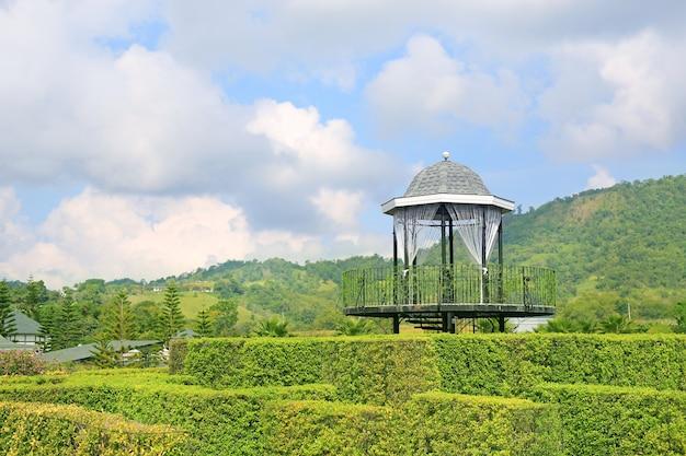 Mooi pavilion-gezichtspunt in groen park bij helling.