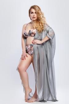 Mooi plus-size model met lingerie en stukstof