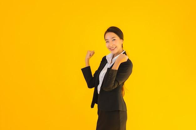 Mooi portret jonge zakelijke aziatische vrouw gelukkige glimlach in veel actie