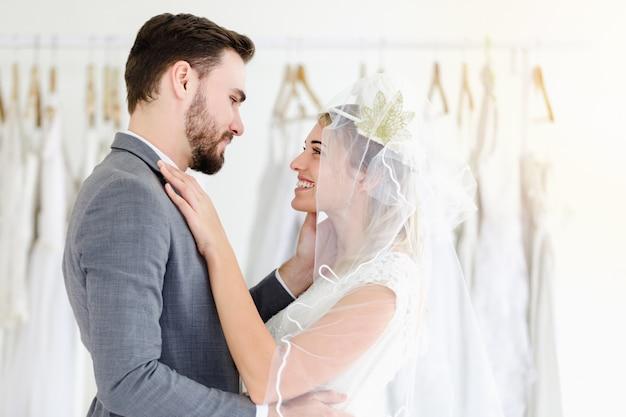 Mooi portret model bruidspaar in studiowinkel