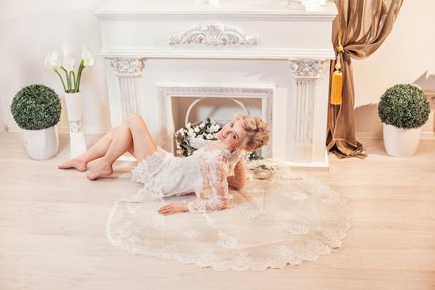 Mooi portret van een vrouw met blond haar met een avondsamenstelling.