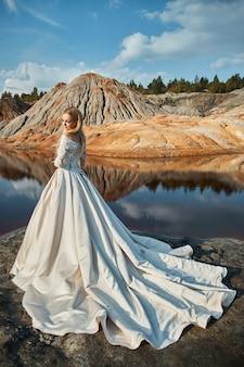 Mooi portret van een vrouw op een fantastisch landschap in de bergen, een bruiloft in de natuur, een meisje in een lange jurk. 14 september 2019
