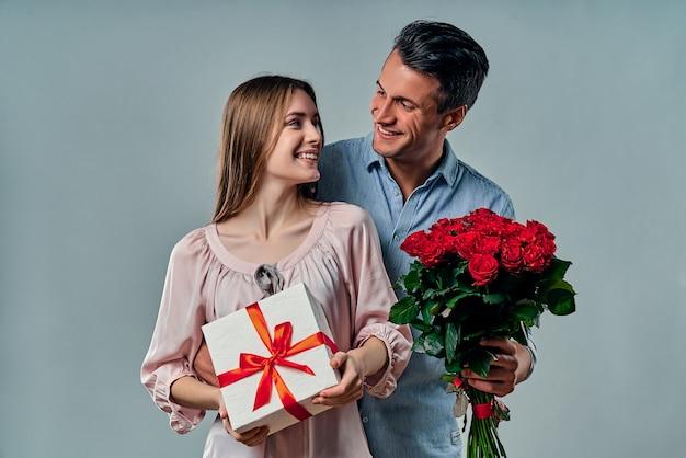 Mooi romantisch paar dat op grijs wordt geïsoleerd.