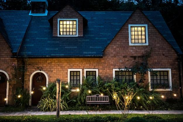 Mooi rood baksteenhuis met decoratieve lichten