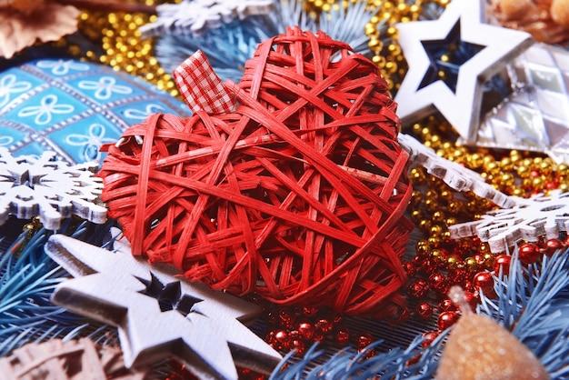 Mooi rood hart en kerstdecor, close-up uitzicht