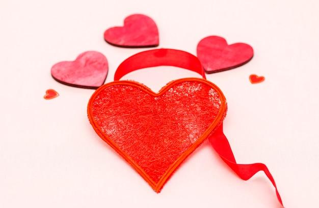 Mooi rood hart versierd met lint