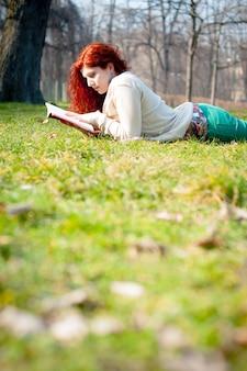 Mooi rood hoofd jong vrouw leesboek
