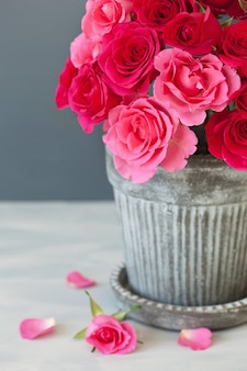 Mooi rood roze bloemenboeket in vaas