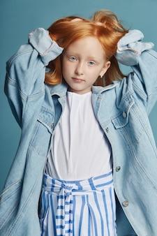 Mooi roodharig babymeisje met lang haar