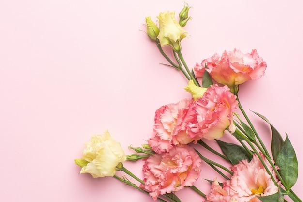 Mooi roze bloemboeket op pastel achtergrond met copyspace. vakantie en liefde