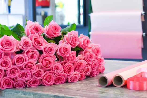 Mooi roze boeket bloemen op tafel
