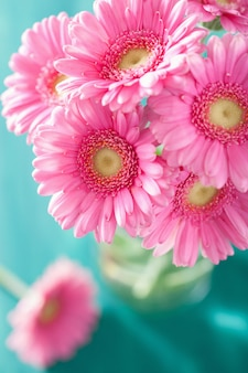 Mooi roze gerberabloemenboeket in vaas