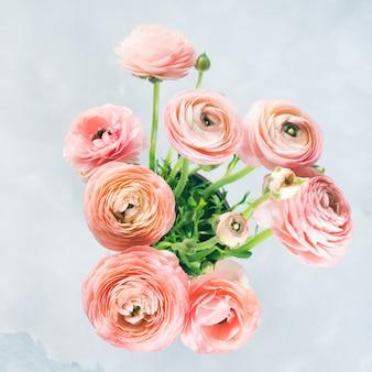 Mooi roze ranonkelboeket. vrouw moederdag bruiloft. vakantie elegante bos bloemen.