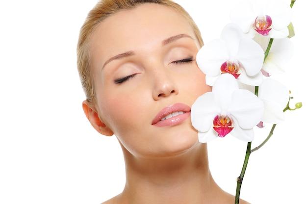 Mooi rustig vrouwelijk gezicht met bloemen