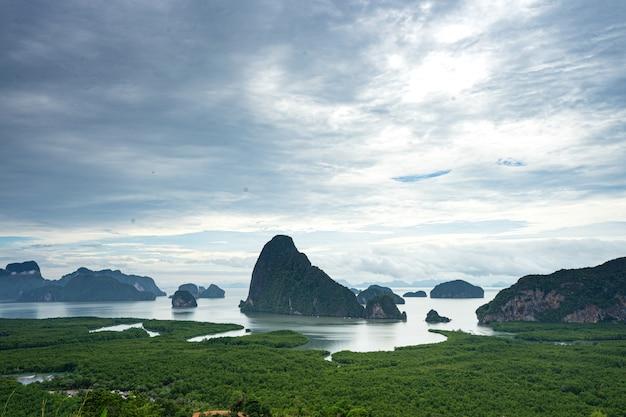 Mooi scènezeegezicht van de baai van phangnga van het punt van de de bergmening van samed nang chee, phang nga, thailand