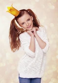 Mooi schattig klein prinsesmeisje met kroon