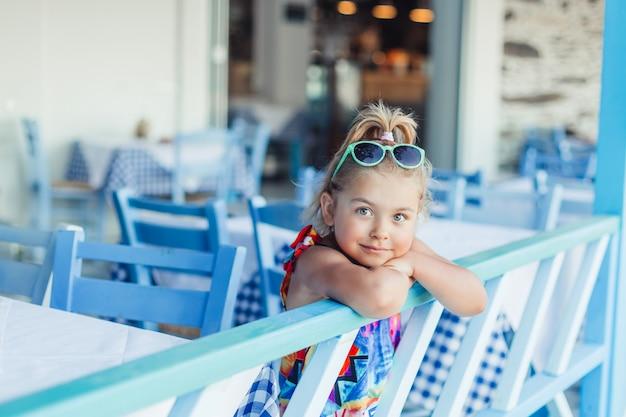 Mooi schattig meisje natuurlijk gezicht casual vrouwelijk portret levensstijl schoonheid blij meisje op zee strand spelen. jeugd concept