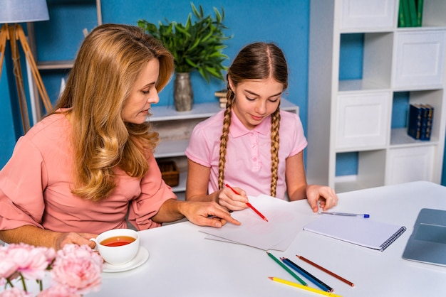 Mooi schattig meisje op de basisschool thuis thuiswerk doen